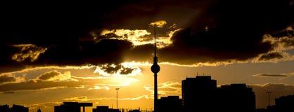 Βράδυ του Βερολίνου Γερμανία Alexanderplatz cloudscape Στοκ Φωτογραφία