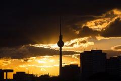 Βράδυ του Βερολίνου Γερμανία Alexanderplatz cloudscape Στοκ Εικόνα