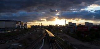 Βράδυ του Βερολίνου Γερμανία Alexanderplatz cloudscape Στοκ φωτογραφίες με δικαίωμα ελεύθερης χρήσης