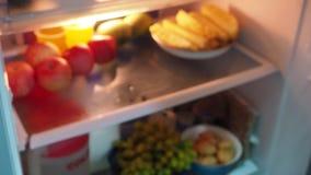 Βρήκε έναν πιό plier στο ψυγείο απόθεμα βίντεο