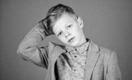 Βρήκε το ύφος του Αγοριών σύγχρονο hairstyle μπλε υπόβαθρο κοστουμιών ύφους ένδυσης επίσημο Ο βέβαιος τύπος απολαμβάνει τη μοντέρ στοκ φωτογραφίες