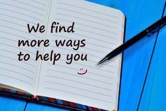 Βρίσκουμε περισσότερους τρόπους να σας βοηθήσουμε λέξεις στο σημειωματάριο στοκ εικόνες
