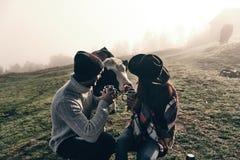 Βρίσκουν πάντα τους νέους φίλους στο ταξίδι Στοκ εικόνες με δικαίωμα ελεύθερης χρήσης