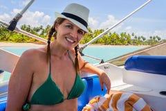 Βραζιλιάνα γυναίκα σε έναν γύρο σε μια βάρκα μηχανών σε Cumbuco - PE - Braz Στοκ Εικόνες