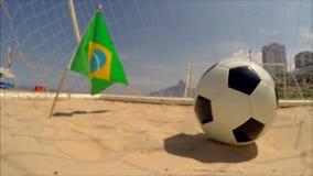 Βραζιλιάνα σημαία με τη σφαίρα Ρίο ποδοσφαίρου απόθεμα βίντεο