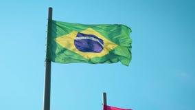 Βραζιλιάνα σημαία που κυματίζει στον αέρα σε σε αργή κίνηση απόθεμα βίντεο