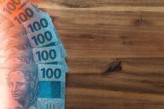 Βραζιλιάνα χρήματα, μετονομασίες 100 reais/θέση για το κείμενο στοκ εικόνες