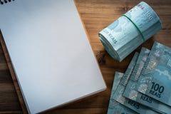Βραζιλιάνα χρήματα, μετονομασίες 100 reais/θέση για το κείμενο στοκ φωτογραφίες