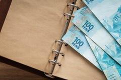 Βραζιλιάνα χρήματα, μετονομασίες 100 reais/θέση για το κείμενο στοκ εικόνα
