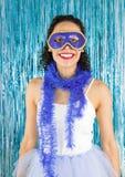 Βραζιλιάνος που χαμογελά και ευτυχής Η γυναίκα έντυσε με κοστούμι για το καρναβάλι BL στοκ εικόνα