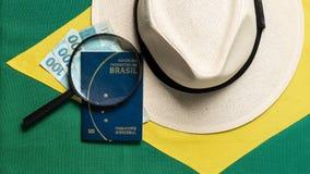 Βραζιλιάνο διαβατήριο στο βραζιλιάνο υπόβαθρο σημαιών στοκ εικόνες