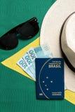 Βραζιλιάνο διαβατήριο στο βραζιλιάνο υπόβαθρο σημαιών στοκ φωτογραφία