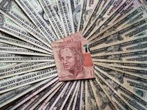 βραζιλιάνο τραπεζογραμμάτιο δέκα reais και υποβάθρου με τους αμερικανικούς λογαριασμούς δολαρίων