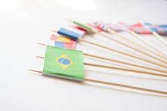 Βραζιλιάνα σημαία εγγράφου μεταξύ άλλων σημαιών χωρών στο λευκό Στοκ Εικόνα
