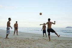 Βραζιλιάνοι που παίζουν το ποδόσφαιρο ποδοσφαίρου παραλιών Altinho Keepy Uppy Futebol Στοκ Εικόνα