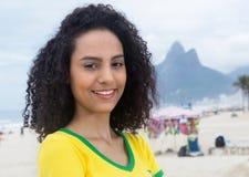 Βραζιλιάνος αθλητικός ανεμιστήρας γέλιου με τη σγουρή τρίχα στο Ρίο ντε Τζανέιρο Στοκ φωτογραφίες με δικαίωμα ελεύθερης χρήσης
