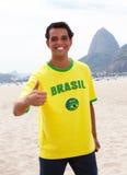 Βραζιλιάνος αθλητικός ανεμιστήρας στο Ρίο ντε Τζανέιρο που παρουσιάζει αντίχειρα Στοκ Φωτογραφίες