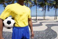 Βραζιλιάνος ποδοσφαιριστής στην ομοιόμορφη σφαίρα Ρίο ποδοσφαίρου εκμετάλλευσης Στοκ Εικόνες