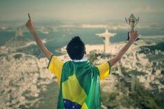 Βραζιλιάνος υποστηρικτής που κρατά ένα τρόπαιο Στοκ φωτογραφία με δικαίωμα ελεύθερης χρήσης