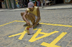 Βραζιλιάνο άτομο, που χρωματίζει το δρόμο για μια στάση ταξί Στοκ εικόνα με δικαίωμα ελεύθερης χρήσης