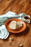 Βραζιλιάνο κέικ καρυδιών με το πάγωμα Buttercream καραμέλας Στοκ Εικόνες