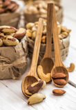 Βραζιλιάνο καρύδι και ξύλινα κουτάλια Στοκ Εικόνες