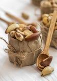 Βραζιλιάνο καρύδι και ξύλινα κουτάλια Στοκ εικόνα με δικαίωμα ελεύθερης χρήσης