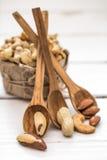 Βραζιλιάνο καρύδι και ξύλινα κουτάλια Στοκ φωτογραφίες με δικαίωμα ελεύθερης χρήσης