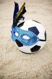 Βραζιλιάνο ποδόσφαιρο σφαιρών ποδοσφαίρου που φορά την παραλία μασκών καρναβαλιού Στοκ φωτογραφίες με δικαίωμα ελεύθερης χρήσης