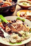 Βραζιλιάνο φασόλι Feijoada με τις μπριζόλες χοιρινού κρέατος στοκ φωτογραφίες