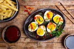 Βρασμένα αυγά και γαλλικές πυρκαγιές σε έναν πίνακα στοκ εικόνα με δικαίωμα ελεύθερης χρήσης