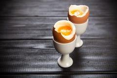 Βρασμένα αυγά στο σκοτεινό υπόβαθρο Στοκ Φωτογραφία