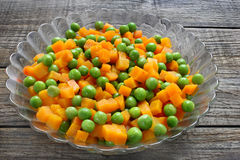 Βρασμένα καρότα με τα πράσινα μπιζέλια Στοκ Φωτογραφία