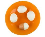 Βρασμένα ξεφλουδισμένα αυγά κοτόπουλου στο πορτοκαλί πιάτο που απομονώνεται στο λευκό Στοκ εικόνα με δικαίωμα ελεύθερης χρήσης