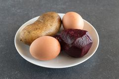 Βρασμένα πατάτες, παντζάρια και αυγά Συστατικά Στοκ φωτογραφία με δικαίωμα ελεύθερης χρήσης
