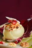 Βρασμένα στον ατμό γεμισμένα κρεμμύδια με το τυρί αιγών Στοκ εικόνα με δικαίωμα ελεύθερης χρήσης