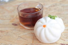 Βρασμένα στον ατμό κουλούρια χοιρινού κρέατος, κινεζικό αμυδρό ποσό και καυτό τσάι Στοκ Εικόνες