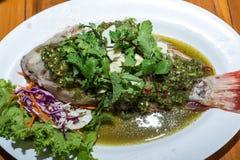 Βρασμένα στον ατμό ψάρια στη σάλτσα λεμονιών Στοκ Εικόνες