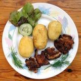 βρασμένες νεολαίες πατατών χοιρινού κρέατος μπριζολών Στοκ Εικόνες