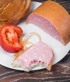 Βρασμένες λουκάνικο, ψωμί και ντομάτα Στοκ Εικόνες
