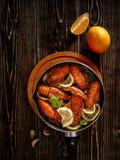 Βρασμένοι αστακοί σε ένα τηγάνι στοκ εικόνες