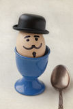 Βρασμένος χαρακτήρας αυγών με ένα ανθρώπινο πρόσωπο (αναδρομικό ύφος, παλαιό υπόβαθρο εγγράφου, μαλακή εστίαση) Στοκ Εικόνα