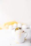 Βρασμένο αυγό σε ένα μικρό φλυτζάνι σε ένα άσπρο υπόβαθρο Αυγά Έννοια φωτογραφιών Πάσχας προγευμάτων στοκ εικόνες