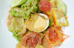 Βρασμένο κάλυμμα αυγό φρέσκων λαχανικών που ντύνει την ινδική σαλάτα σάλτσας στο πιάτο Στοκ Φωτογραφίες