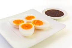 Βρασμένο μέσο αυγό με την πικάντικη σάλτσα τσίλι Στοκ Φωτογραφία
