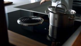 Βρασμένο νερό σε ένα τηγάνι φιλμ μικρού μήκους