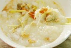 Βρασμένο ρύζι με το χοιρινό κρέας μπριζολών και πιπερόριζα φετών στο κουτάλι σούπας Στοκ φωτογραφίες με δικαίωμα ελεύθερης χρήσης
