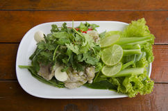 Βρασμένο χοιρινό κρέας με το σκόρδο ασβέστη και το τσίλι και το πικάντικο γλυκό sau λεμονιών στοκ εικόνα
