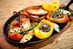 Βρασμένο χταπόδι με τα λαχανικά Στοκ Εικόνες