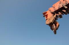 Βραχίονας γερανών ενάντια στον ουρανό Στοκ Φωτογραφία